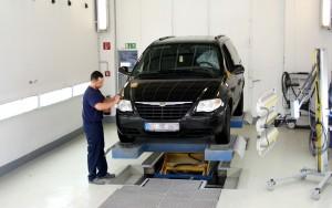 Mitarbeiter von Autolackierung Zech lackiert Auto