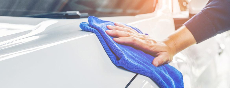 Lackpflege eines Autos mit blauem Lappen