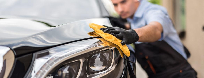 Mann poliert und wäscht Auto