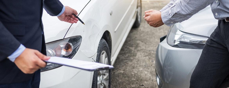 Schadensbegutachtung eines Autounfalls von zwei Männern